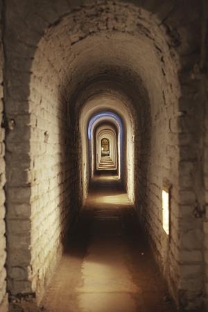 terezin: Terezin, Repubblica Ceca - 8 ottobre 2010: Un corridoio sotterraneo nella piccola fortezza a Terezin, nella Repubblica ceca. La piccola fortezza � stata usata l'ultima volta come transito e campo di prigionia dai tedeschi nella seconda guerra mondiale ed � ora un punto di riferimento storico.
