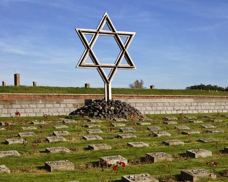 terezin: Una Stella di David Magen David in piedi un cimitero memoriale alla piccola fortezza di Terezin Theresienstadt nella Repubblica Ceca serve a ricordare degli ebrei che hanno vissuto e sono morti nella seconda guerra mondiale