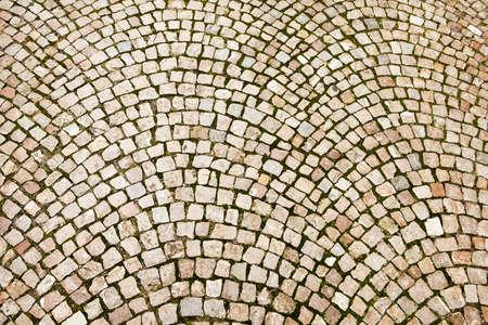 Kopfsteinpflaster auf einer tschechischen Straße in Prag wurden in einem Muster von konzentrischen Bögen verlegt
