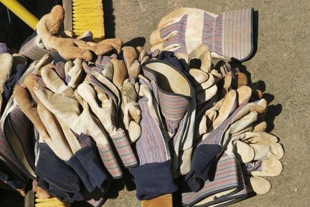 革作業用手袋あと大規模な杭で地面に大規模な仕事のパーティーの砂利や汚れを移動するそれらを使用していた。 写真素材