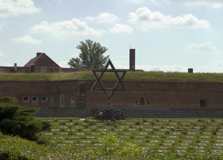 terezin: Terezin, Repubblica Ceca - 3 luglio 2007: Il memoriale dell'Olocausto a Terezin (Theresienstadt) nella Repubblica Republich si trova di fronte alle antiche mura della prigione.