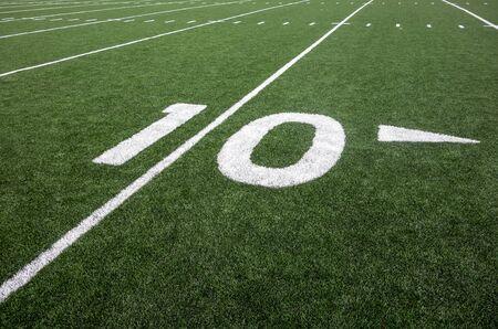 terrain foot: Marquages ??pour la ligne de dix verges sur un terrain de football am�ricain indiquent la distance � la ligne de but. Banque d'images