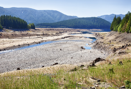 oregon cascades: The dry lakebed of Lake Detroit behind the Detroit Dam in the Oregon Cascades is an indicator of the drought conditions in the American West in 2015. Stock Photo