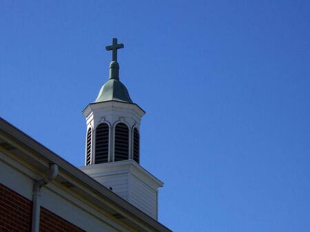 church steeple: chiesa, campanile contro nuvole cielo blu