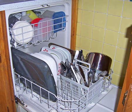 lavar platos: un lavavajillas con plena carga vajilla sucia