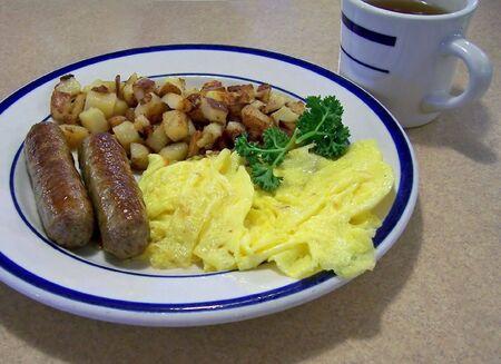 scrambled eggs: desayuno de huevos revueltos salchicha hash pardos