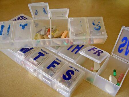 Abteile: pro Pille-Dispenser mit einigen F�chern ge�ffnet