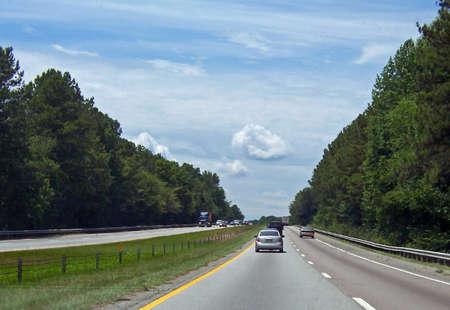 푸른 여름 하늘에 대 한 고속도로의 스트레칭 스톡 콘텐츠