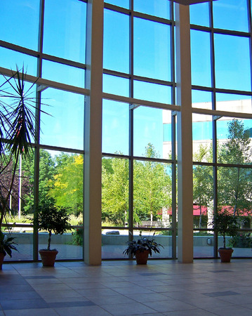 아름다운 창문이있는 로비의 내부 전망 스톡 콘텐츠