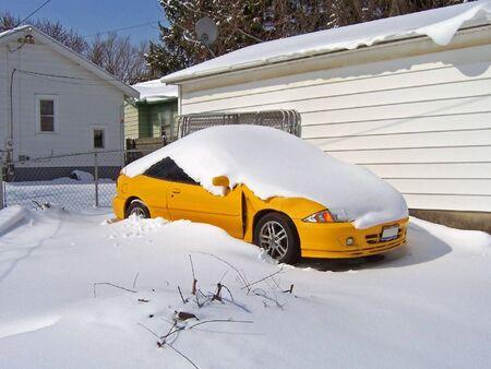 auto bedekt met sneeuw na winter storm.