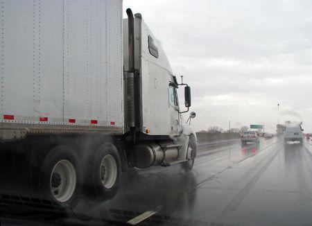 비에 젖은 고속도로에서 트럭