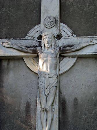 d�livrance: ancienne statue de J�sus sur la croix