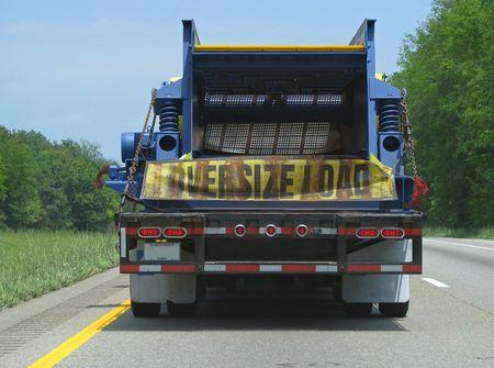 세미 트레일러 트럭 고속도로에서 특대 하중