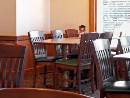 빈 테이블과 캐주얼 레스토랑의 의자 스톡 콘텐츠 - 3351275