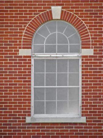 una ventana en arco de ladrillo rojo de construcción Foto de archivo - 3937018