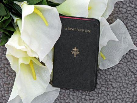 holiday prayer book: libro de bolsillo dedicado a la oraci�n con azucenas, s�mbolos de la ceremonia de entierro