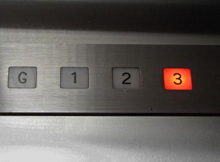 오래된 엘리베이터 번호 3 층의 내부가 밀려났다.