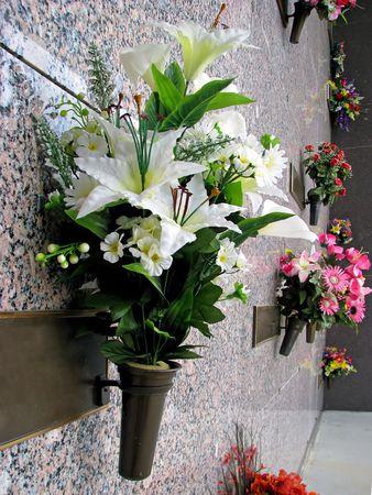 화려한 실크 꽃 화병 여름 묘지에서