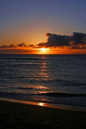 amanecer: Una Hermosa Puesta del sol tropical de Maui isla de Hawaii Foto de archivo