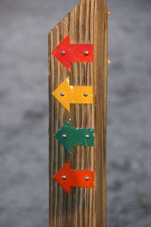 나무 기둥에 화려한 방향 화살표 스톡 콘텐츠 - 15123340