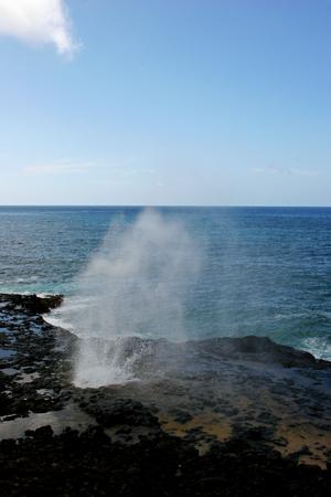 orificio nasal: Agua Disparar hacia arriba desde Spouting Horn Blowhole Kauai Hawaii