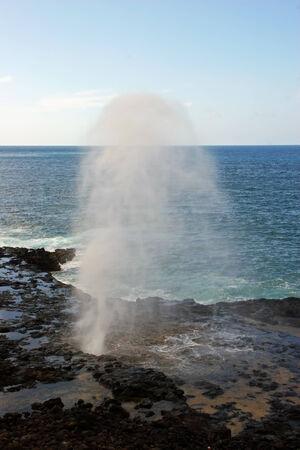 orificio nasal: Agua de disparo hacia arriba desde Spouting Horn Blowhole Kauai Hawaii