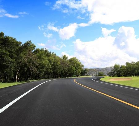 autopista: nueva curva de carretera y azul cielo