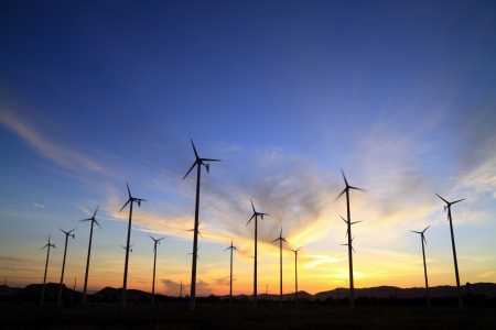 windmolens: windturbine en sunrise
