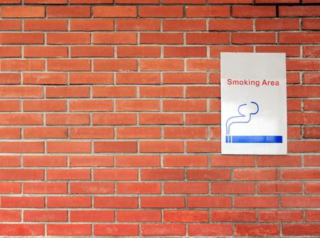 レンガの壁に禁煙看板 写真素材