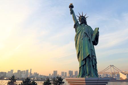 lady liberty: Se�ora libertad yuxtapone a Puente del Arco Iris en Tokio