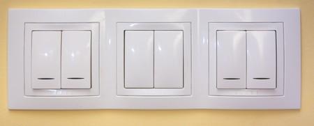 Weißes Licht schaltet auf angewandte gelbe Wand Standard-Bild - 8170506