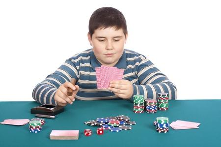 흰색 배경 가진 녹색 테이블에서 어린이 playbg 포커