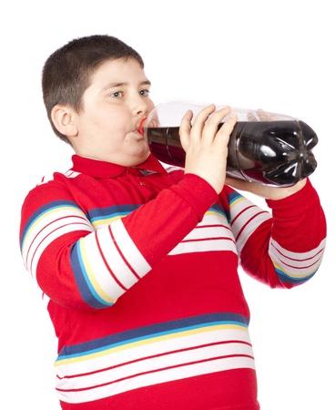 흰색 배경 위에 절연 플라스틱 병에서 소다를 마시는 젊은이