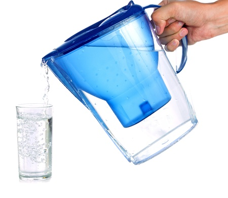 purified: Verter un vaso de agua purificada, aislado sobre fondo blanco
