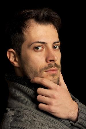 Junger Mann posiert in einem reinen schwarzen Hintergrund Standard-Bild - 11396582