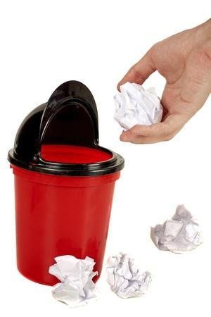 손 쓰레기와 다른 구겨진 종이 공에 용지를 배치 스톡 콘텐츠