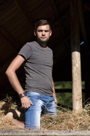 ni�o sin camisa: Hombre joven hermoso en el granero del heno