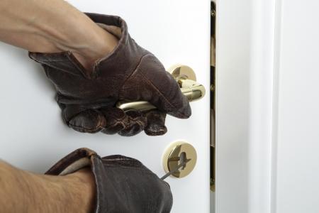 Einbruch zu Hause oder Haus, Dieb versucht, einen Verstoß gegen Sicherheitsvorschriften Standard-Bild - 24867919