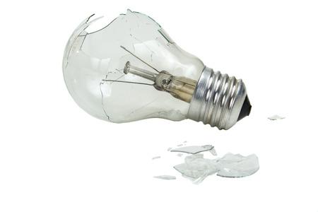 blackout: Gebroken gloeilamp geïsoleerd op witte achtergrond Stockfoto