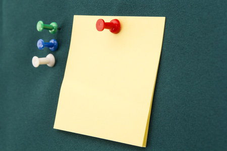 memorise: Yellow post-it note with red pushpin on a green board