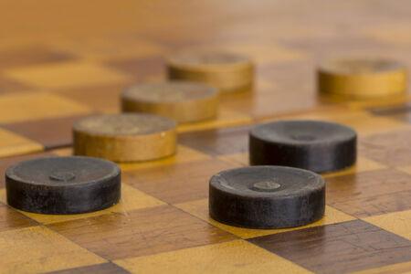checker board: Close up de algunas damas antiguas en tablero de ajedrez Foto de archivo