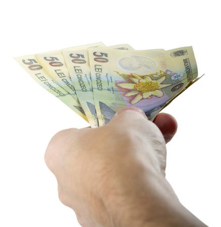 leu: Mano che d� soldi isolato su sfondo bianco con percorso di clipping