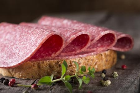 bocadillo: Sándwich de salami. Emparedado abierto de rodajas de salami en el pan de grano entero