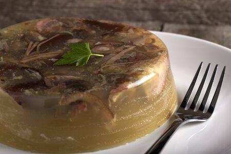 """사진에서 전통적인 루마니아 요리 - 고기 젤리 또는 """"피피""""를 볼 수 있습니다.이 고기는 일반적으로 휴가를 준비합니다."""