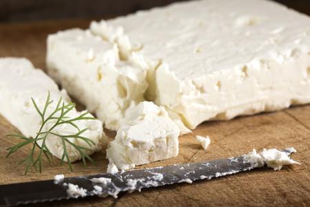 Feta kaas stukken op een houten achtergrond Stockfoto