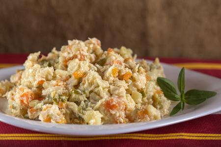 루마니아어 전통 Boeuf 샐러드 접시에