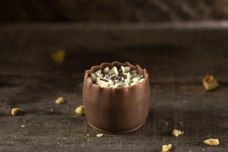 gamme de produit: Un des bonbons au chocolat sur un fond en bois Banque d'images