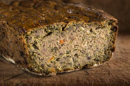 Comida tradicional rumana llamada Drob hecha de pastel de carne en el fondo de madera