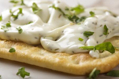 Gros plan d'un craquelins croustillants minces avec fromage à la crème et le persil Banque d'images