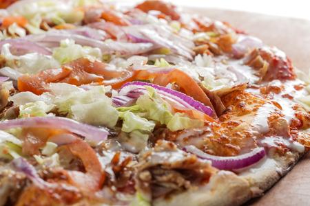 다진 고기, 양배추, 토마토 및 마늘 소스로 만든 케밥 피자 중 닫습니다